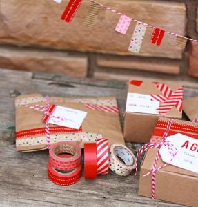 Kerstcadeautjes inpakken: rood